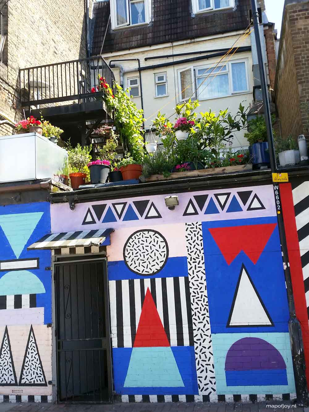 Street art, London, Shoreditch. Find out what the best street art spots are in Berlin, London and Lisbon - Map of Joy
