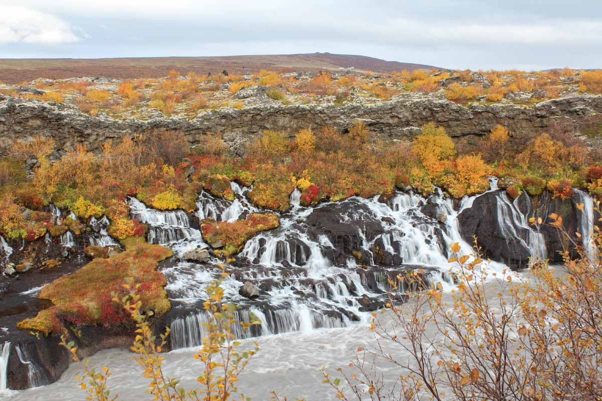 Hraunfossar, IJsland in de herfst: 3x de mooiste watervallen - Map of Joy