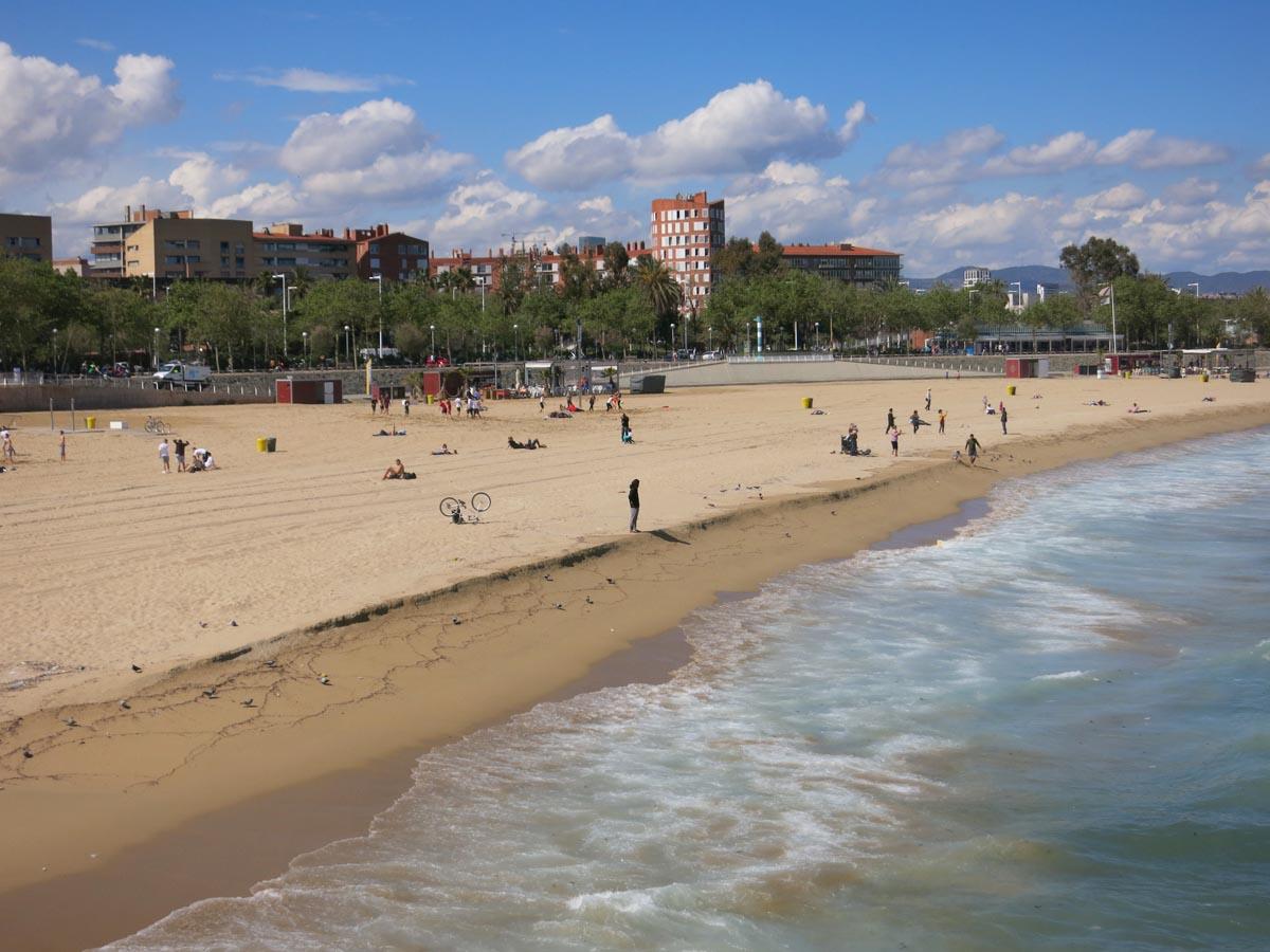 Het strand van de leuke wijk in Barcelona Poblenou