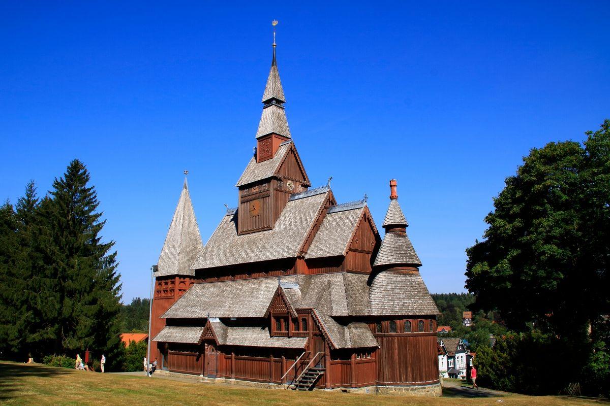 Wandelen over de Liebesbankweg in de Harz, de Stabkirche een kerk van hout