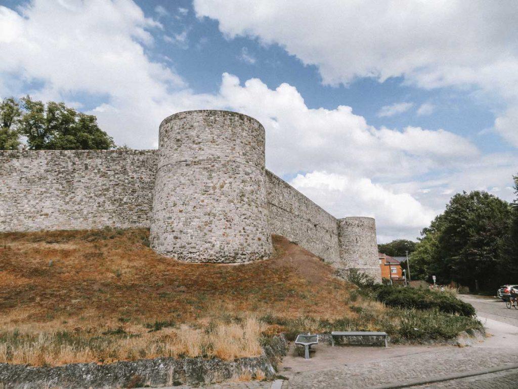 De stadsmuren van Binche