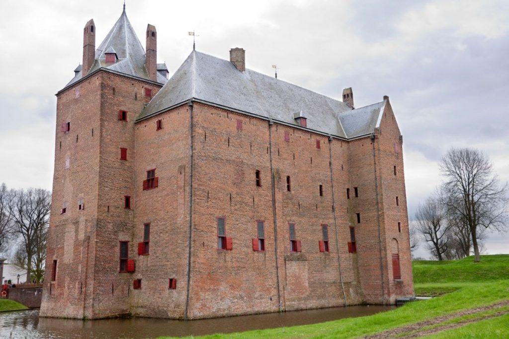 de mooiste kastelen in Nederland die je kunt bezoeken, Slot Loevestein